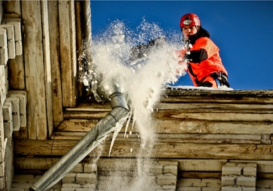 Очистка крыш от снега и сосулек в Одессе